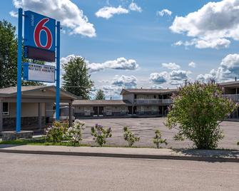 Motel 6 Fort Nelson, Bc - Fort Nelson - Building