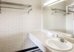 Days Inn by Wyndham Jackson - Jackson - Bathroom
