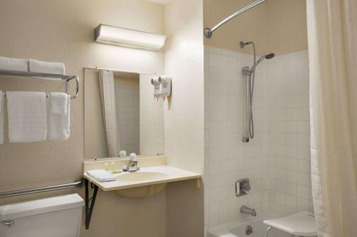 Super 8 by Wyndham Saginaw - Saginaw - Bathroom