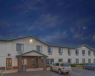 Super 8 by Wyndham Delavan Near Lake Geneva - Delavan - Building