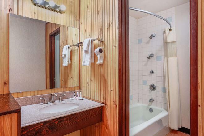 Howard Johnson by Wyndham Helena - Helena - Bathroom