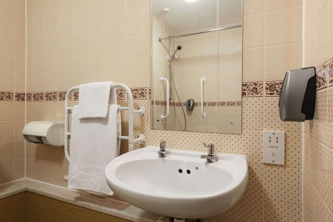 Days Inn by Wyndham Tewkesbury Strensham - Tewkesbury - Bathroom