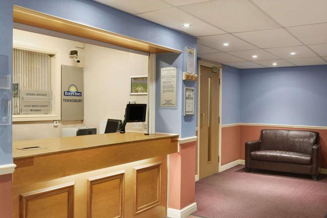 Days Inn by Wyndham Tewkesbury Strensham - Tewkesbury - Front desk
