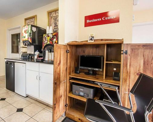 Econo Lodge - Prattville - Business Center