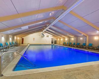 La Quinta Inn & Suites by Wyndham Springfield MA - Springfield - Zwembad