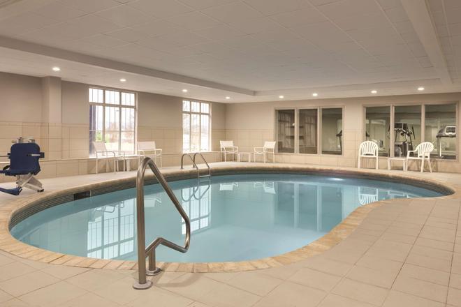 田納西州查塔努加 24 號州際公路西卡爾森鄉村旅館及套房酒店 - 恰塔努加 - 查塔努加 - 游泳池