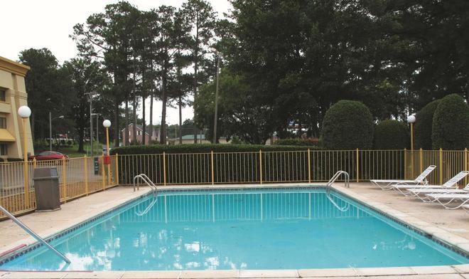 La Quinta Inn & Suites by Wyndham Jackson - Jackson - Πισίνα