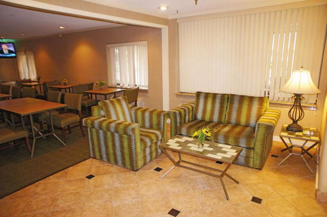 La Quinta Inn & Suites by Wyndham Jackson - Jackson - Σαλόνι