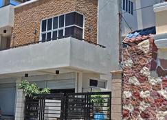 Casa Sarmiento Travelers Inn - Laoag - Building