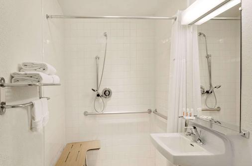 Howard Johnson by Wyndham Las Vegas near the Strip - Las Vegas - Bathroom