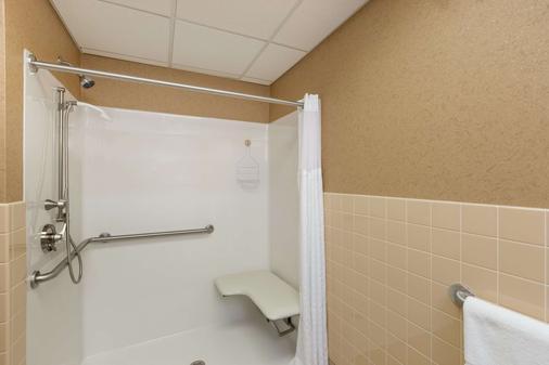 Travelodge Inn & Suites by Wyndham Deadwood - Deadwood - Bathroom