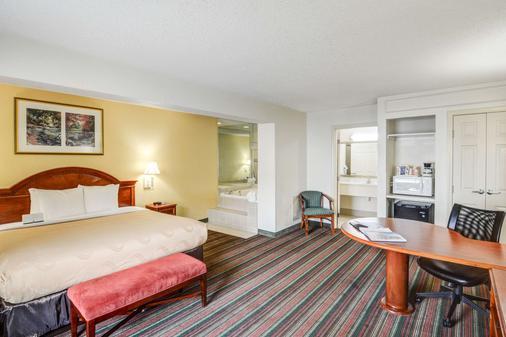 Quality Inn & Suites Biltmore East - Asheville - Bedroom