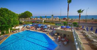 Blue Sky Hotel & Suites - אלניה - בריכה