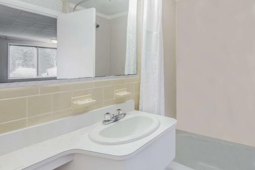 Super 8 by Wyndham W Yarmouth Hyannis/Cape Cod - West Yarmouth - Bathroom