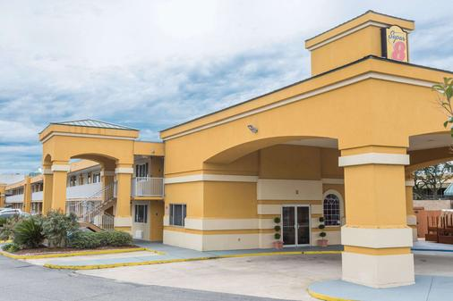 Super 8 by Wyndham Baton Rouge/I-10 - Baton Rouge - Building