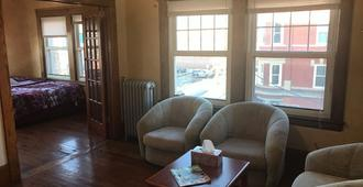 Welcome to your home in Little Italy - Cleveland - Living room