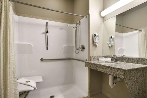 Super 8 by Wyndham San Antonio/Alamodome Area - San Antonio - Bathroom