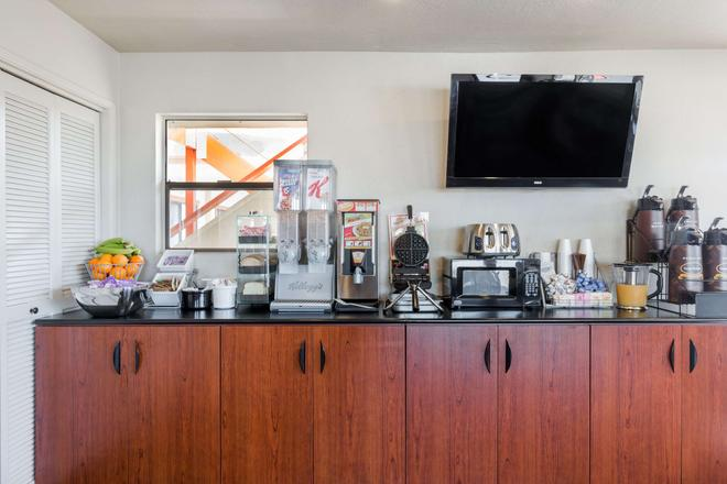 Super 8 by Wyndham Fort Bragg - Fort Bragg - Buffet