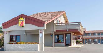 Super 8 by Wyndham Fort Bragg - Fort Bragg - Building