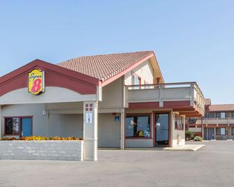 Super 8 by Wyndham Fort Bragg - Fort Bragg - Building