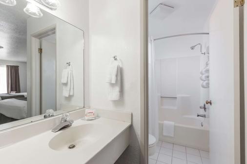 Super 8 by Wyndham Fort Bragg - Fort Bragg - Bathroom