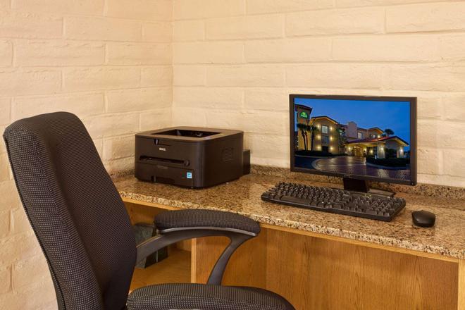 La Quinta Inn by Wyndham Orlando Airport West - Orlando - Business center