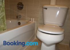 Motor Court Motel - London - Bathroom
