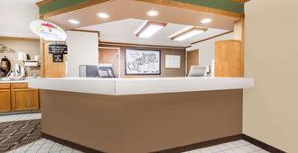 Super 8 by Wyndham Lexington - Lexington - Front desk