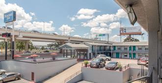 Rodeway Inn University/Downtown - Austin - Balcony