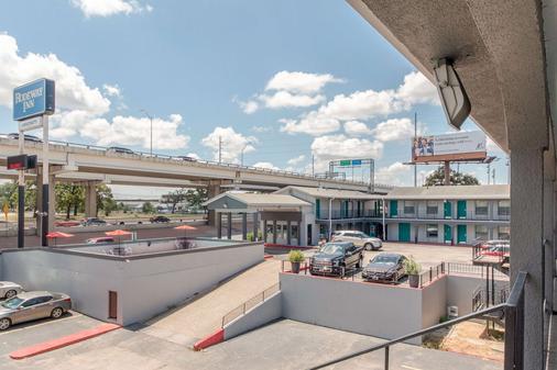 Rodeway Inn University/Downtown - Austin - Parveke