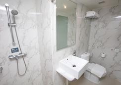 Mini Hotel Causeway Bay - Hong Kong - Bathroom