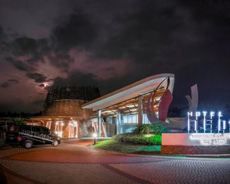 Hotel Neo+ Green Savana Sentul City By Aston - Богор - Building