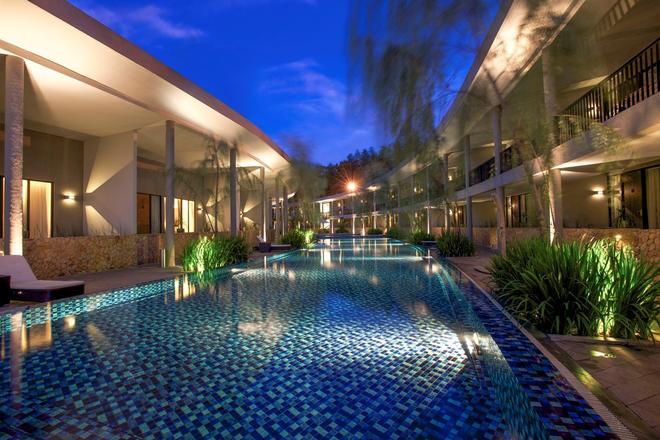 Hotel Neo+ Green Savana Sentul City By Aston - Bogor - Pool