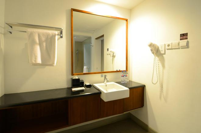 Hotel Neo+ Green Savana Sentul City By Aston - Bogor - Bathroom