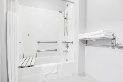 Ramada by Wyndham Marina - Marina - Bathroom