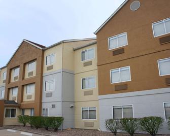 La Quinta Inn & Suites by Wyndham Emporia - Эмпория - Здание