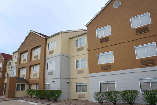 La Quinta Inn & Suites by Wyndham Emporia - Emporia - Building