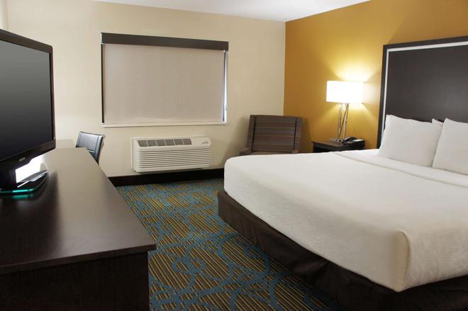 La Quinta Inn & Suites by Wyndham Emporia - Emporia - Makuuhuone