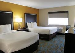 La Quinta Inn & Suites by Wyndham Emporia - Emporia - Bedroom