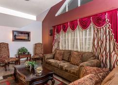 Microtel Inn & Suites by Wyndham Salt Lake City Airport - Salt Lake City - Living room