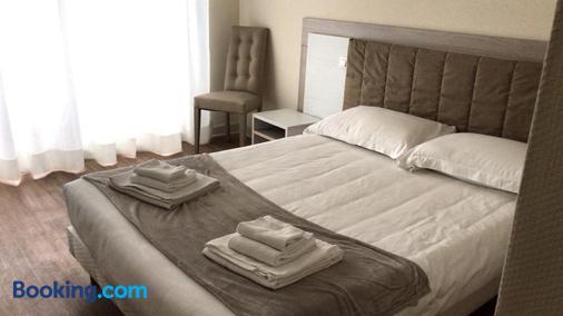 Hôtel Le Dauphin - Menton - Bedroom