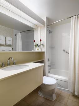 Royal Scot Hotel & Suites - Victoria - Bathroom