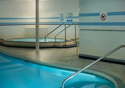 Royal Scot Hotel & Suites - Victoria - Pool