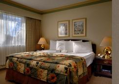 Royal Scot Hotel & Suites - Victoria - Bedroom