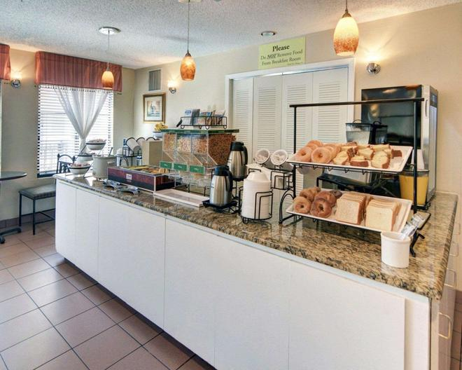 Quality Inn And Suites Dfw Airport South - Irving - Buffet