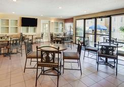 Quality Inn And Suites Dfw Airport South - Irving - Ravintola
