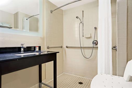 Wingate by Wyndham Fargo - Fargo - Bathroom