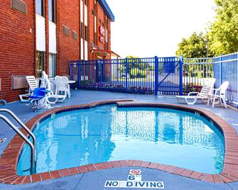 OYO Hotel Irving Dfw Airport South - Irving - Piscina