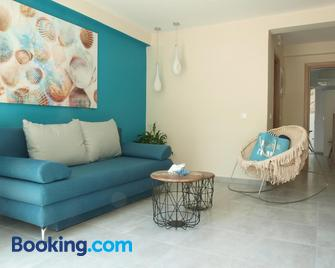 Vouliagmeni Stylish Homes by BluPine - Vouliagmeni - Living room