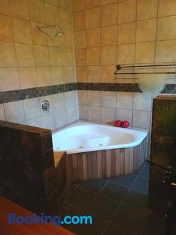 24 Onvrey Boutique Hotel - Johannesburg - Bathroom